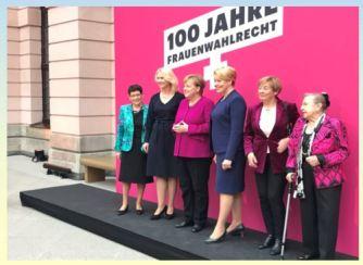 Hundert Jahre Frauenwahlrecht - Ein Gruppenbild mit Bundeskanzlerin Angela Merkel